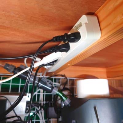電源タップをキャビネットに固定する様子