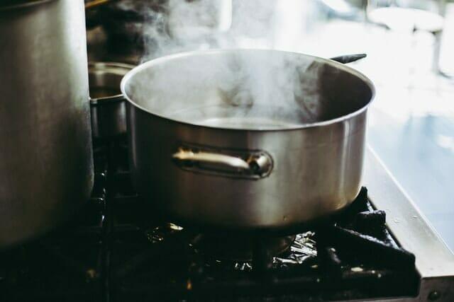 水道水を煮沸する様子